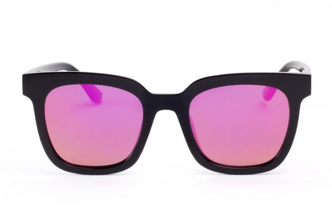 Juodi akiniai ryškiais stiklais