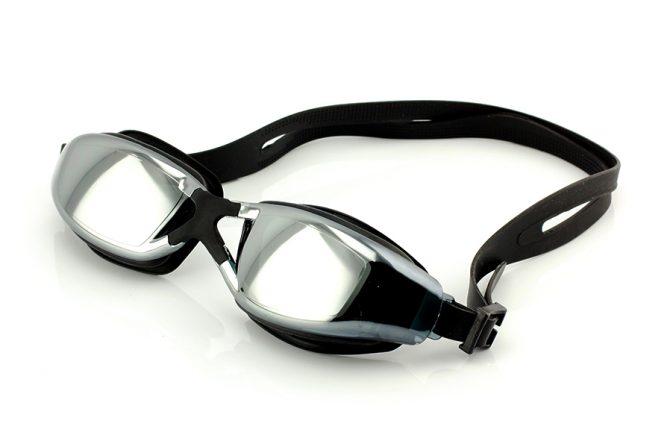 Juodi plaukimo akiniai