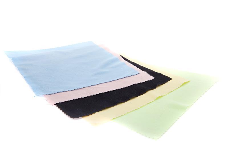 I >> Saulės akinių lęšių valymo servetėlės - Juodos spalvos